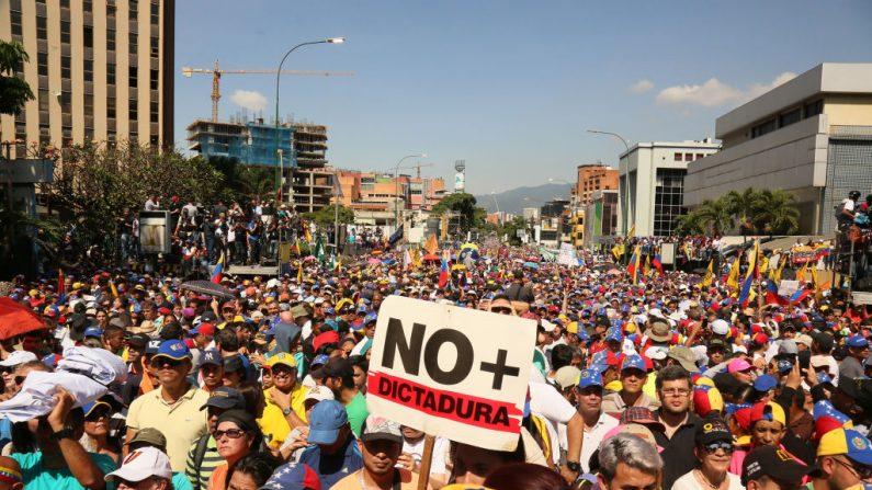 Manifestantes protestan contra el gobierno de Nicolás Maduro en Caracas, Venezuela. (Edilzon Gamez/Getty Images)