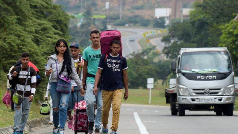 Migrantes venezolanos caminan en la carretera de Cúcuta a Pamplona, en el departamento de Norte de Santander, Colombia, el 10 de febrero de 2019. (RAUL ARBOLEDA/AFP vía Getty Images)