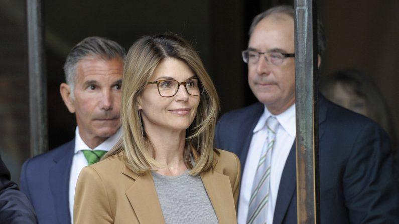 La actriz Lori Loughlin sale del tribunal luego de enfrentar cargos por presuntamente conspirar para cometer fraude postal y otros cargos en el escándalo de admisión a la universidad en el Palacio de Justicia de Estados Unidos John Joseph Moakley en Boston el 3 de abril de 2019. (Joseph Prezioso/AFP a través de Getty Images)