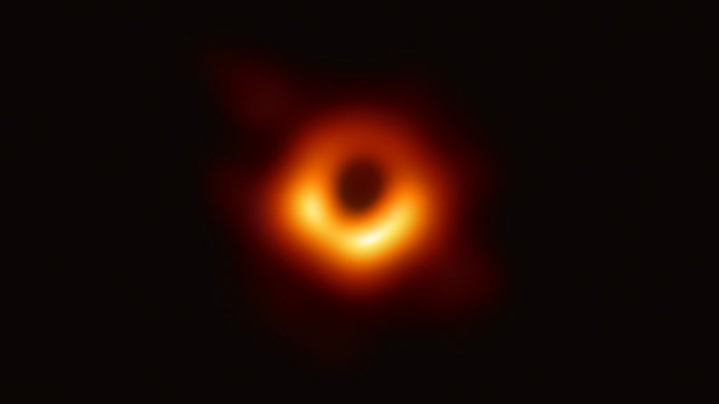 En esta foto del folleto proporcionada por el National Science Foundation, el Telescopio Event Horizon captura un agujero negro en el centro de la galaxia M87, 10 de abril de 2019. (National Science Foundation vía Getty Images)