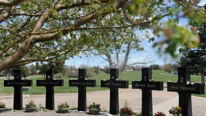 Cruces con nombres y retratos de las víctimas de la masacre de la Escuela Secundaria Columbine de 1999 en los Jardines Conmemorativos de Chapel Hill en Littleton, Colorado el 20 de abril de 2019. Han pasado 20 años desde que dos jóvenes fuertemente armados con gabardinas oscuras entraron a una escuela secundaria de Colorado y lanzaron un sangriento ataque. (Jason Connollly/AFP vía Getty Images)