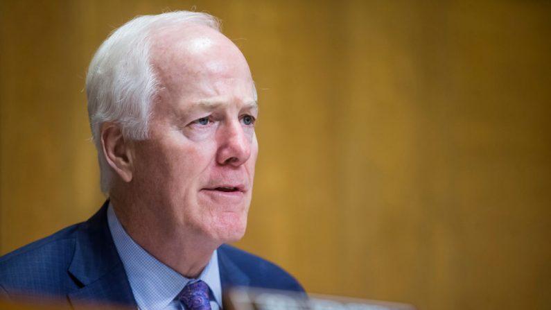 El senador John Cornyn (R-TX), presidente de la Comisión del Senado sobre Control Internacional de Estupefacientes, cuestiona al secretario de Estado de Estados Unidos, Mike Pompeo, durante una audiencia de la Comisión el 11 de junio de 2019 en Washington, DC. (Foto de Zach Gibson/Getty Images)