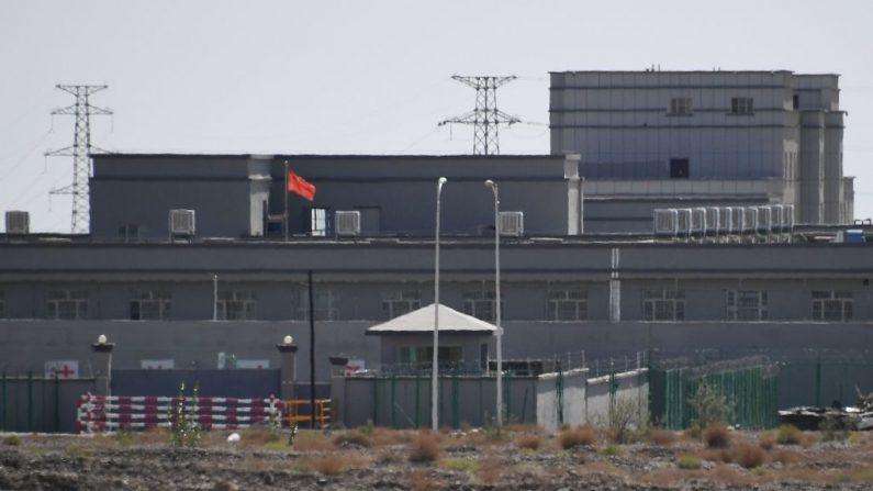 """Esta foto muestra los edificios del supuesto Centro de Servicios de Educación y Formación Profesional de la ciudad de Artux, que se cree que es un campo de reeducación donde se detiene a la mayoría de las minorías étnicas musulmanas, al norte de Kashgar, en la región noroccidental de Xinjiang, en China, el 2 de junio de 2019. - Se cree que hasta un millón de uigures étnicos y otras minorías, en su mayoría musulmanas, están recluidos en una red de campos de internamiento en Xinjiang, pero China no ha dado ninguna cifra y describe las instalaciones como """"centros de educación profesional"""" destinados a alejar a la gente del extremismo. (Foto de GREG BAKER / AFP) / TO GO WITH China-Xinjiang-media-rights-press,FOCUS de Eva XIAO (Crédito Foto: GREG BAKER/AFP vía Getty Images)"""