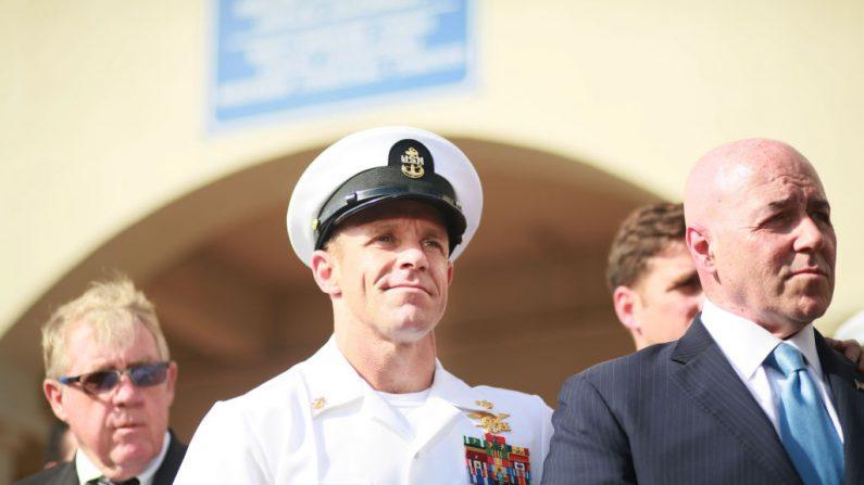 El jefe de Operaciones Especiales de la Marina Edward Gallagher festeja su absolución por asesinato premeditado en la Base Naval de San Diego el 2 de julio de 2019 en San Diego, California. (Foto de Sandy Huffaker/Getty Images)