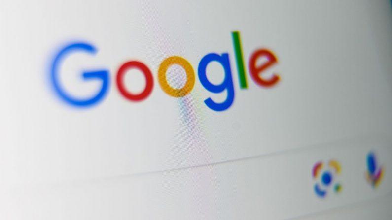 Una foto tomada el 3 de septiembre de 2019 muestra el logo de la multinacional estadounidense, Google, en la pantalla de una tableta, en Lille, en el norte de Francia.  (DENIS CHARLET/AFP vía Getty Images)