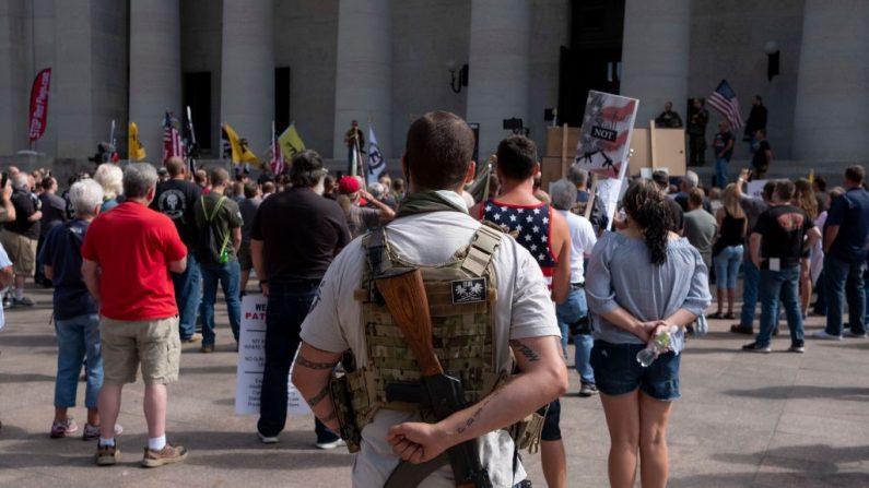 Propietarios de armas y defensores de la segunda enmienda se reúnen en la Cámara de Representantes del Estado de Ohio para protestar contra la legislación de control de armas el 14 de septiembre de 2019 en Columbus, Ohio. (Matthew Hatcher/Getty Images).