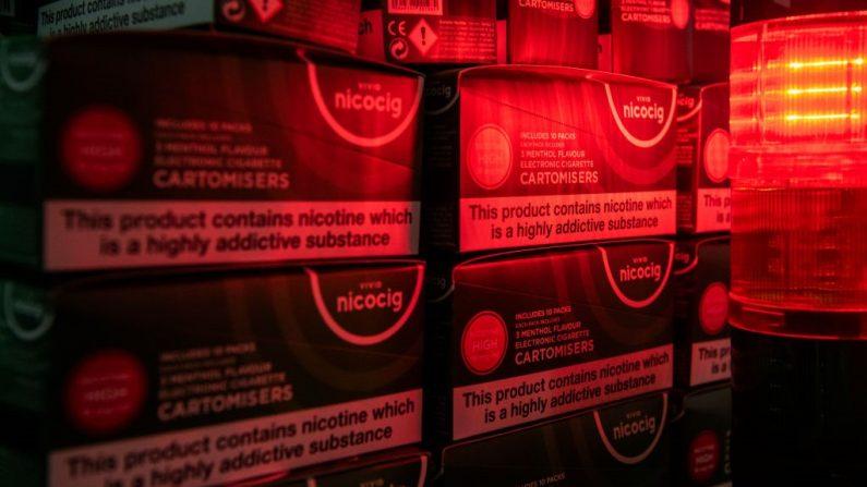 Cajas de cigarrillos electrónicos apiladas en la línea de producción de First Union, uno de los principales fabricantes de productos de vapeo de China, el 25 de septiembre de 2019 en Shenzhen, China. (Foto de Kevin Frayer/Getty Images)