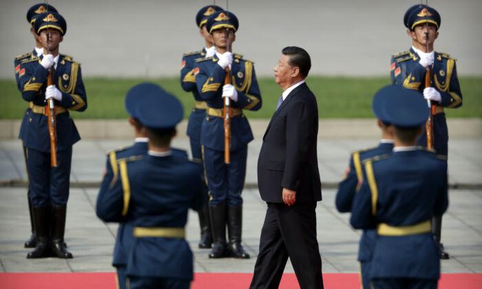 El líder chino Xi Jinping pasa al lado de una guardia de honor mientras se acerca al Monumento al Héroe del Pueblo durante una ceremonia para conmemorar el Día del Mártir en la Plaza de Tiananmen en Beijing, el 30 de septiembre de 2019. (Mark Schiefelbein-Pool/Getty Images)