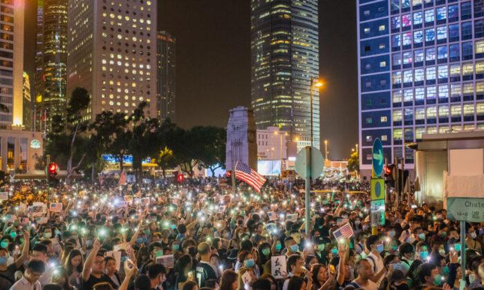 Manifestantes ondean banderas nacionales de Estados Unidos durante una manifestación en apoyo de los Derechos Humanos y la Democracia de Hong Kong, el 14 de octubre de 2019 en Hong Kong. (Billy H.C. Kwok/Getty Images)
