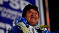 Evo Morales dice estar considerando el asilo político en Argentina tras la invitación de Fernández