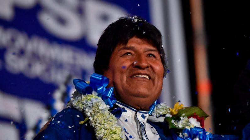 El expresidente Evo Morales, tras más de 13 años en el poder, hace gestos durante una manifestación política en El Alto, Bolivia, el 16 de octubre de 2019, antes de las elecciones presidenciales del 20 de octubre. Morales se presentó como candidato pese a una prohibición en la constitución de la nación.  (Pedro Ugarte / AFP a través de Getty Images)