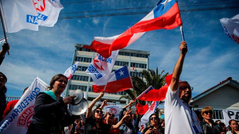 La gente se manifiesta afuera del Hospital Carlos Van Buren en Valparaíso, Chile, el 22 de octubre de 2019. (JAVIER TORRES/AFP/Getty Images)