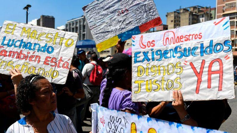 Una maestra participa en una protesta frente al edificio del Ministerio de Educación para exigir mejores salarios en Caracas, Venezuela, el 22 de octubre de 2019. (YURI CORTEZ / AFP / Getty Images)