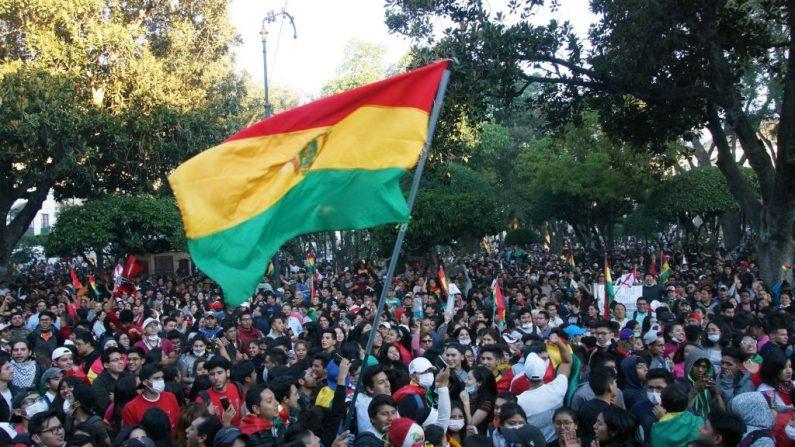 Protesto contra o Tribunal Eleitoral Departamental de Sucre, Bolívia, após os resultados das eleições presidenciais de 20 de outubro consideradas irregulares pela OEA, em 22 de outubro de 2019 (José Luis Rodriguez / AFP através da Getty Images)