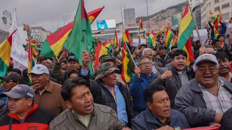 Ciudadanos bolivianos toman las calles para protestar contra Evo Morales después de que se declaró el ganador de las elecciones presidenciales del 24 de octubre de 2019 en La Paz, Bolivia. (Javier Mamani/Getty Images)