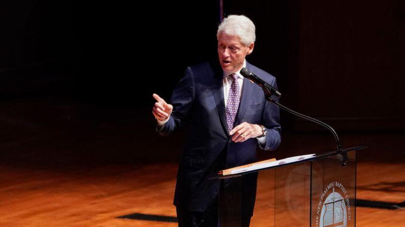 El expresidente de los EE.UU. Bill Clinton habla durante el funeral por el difunto representante de los EE.UU. Elijah Cummings (D-MD) en la Iglesia Bautista Nuevo Salmista el 25 de octubre de 2019 en Baltimore, Maryland. (Foto de Joshua Roberts-Pool/Getty Images)