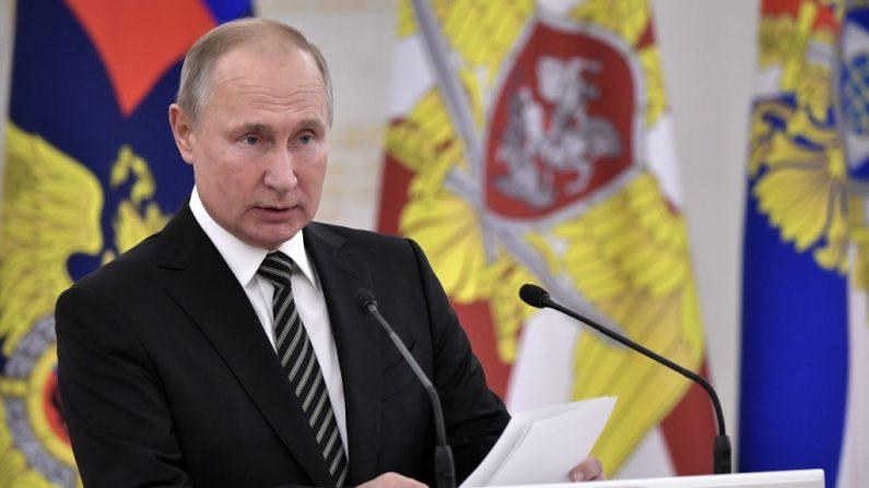 El presidente ruso Vladimir Putin pronuncia un discurso durante una reunión con altos mandos militares recién ascendidos a los que se les otorgó un rango militar (especial) superior en el Kremlin de Moscú, el 6 de noviembre de 2019. (Foto de ALEXEY NIKOLSKY/SPUTNIK/AFP via Getty Images)