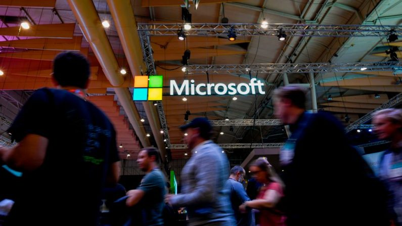 Logotipo de la multinacional tecnológica estadounidense Microsoft durante la Web Summit en Lisboa el 6 de noviembre de 2019. (PATRICIA DE MELO MOREIRA/AFP /AFP via Getty Images)