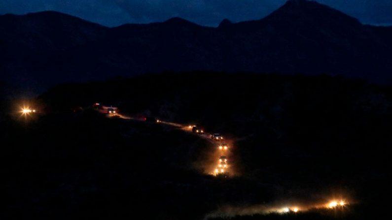 Miembros de la comunidad mormona Lebaron llegan en un convoy desde Estados Unidos al municipio de Bavispe, en la cordillera de Sonora, México, el 6 de noviembre de 2019. -  (Foto de HERIKA MARTINEZ/AFP vía Getty Images)