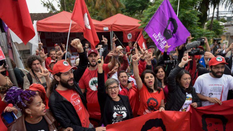 Los partidarios del expresidente brasileño Luiz Inácio Lula da Silva celebran el fallo de la Corte Suprema que podría beneficiarlo, frente a la sede de la Policía Federal donde se encuentra en prisión, en Curitiba, Estado de Paraná, Brasil, el 8 de noviembre de 2019. (HENRY MILLEO/AFP vía Getty Images)