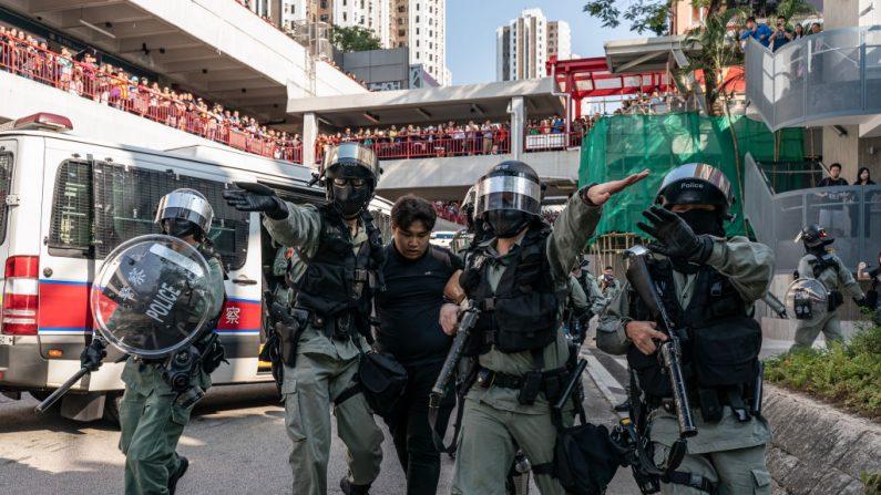 La policía antidisturbios detiene a un manifestante durante una manifestación en Hong Kong el 10 de noviembre de 2019. (Anthony Kwan/Getty Images)