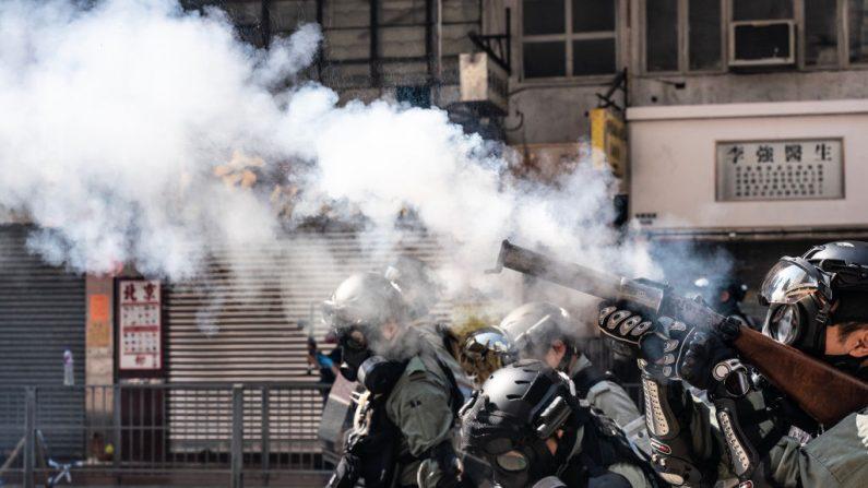 La policía antidisturbios carga mientras dispara gas lacrimógeno en una calle para dispersar a los manifestantes en Hong Kong, el 11 de noviembre de 2019. (Anthony Kwan/Getty Images)