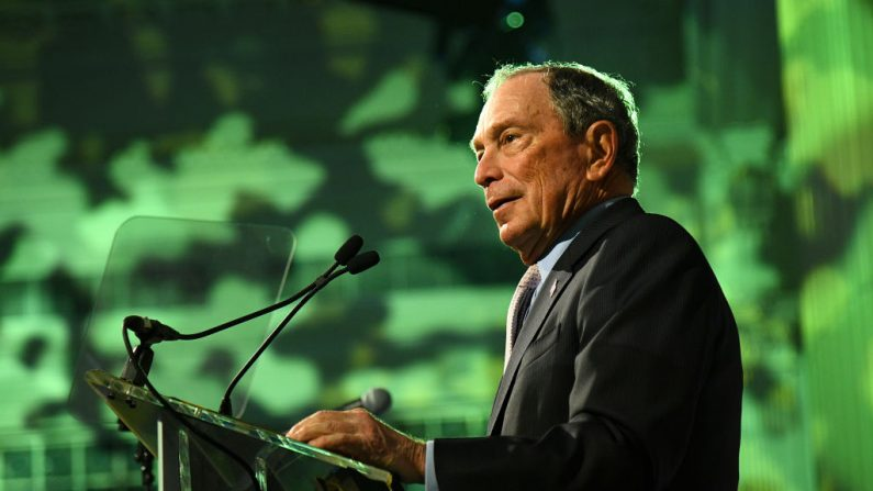 Michael Bloomberg habla en el escenario durante la Gala Anual del Hudson River Park  en la ciudad de Nueva York el 17 de octubre de 2019 (Bryan Bedder/Getty Images)