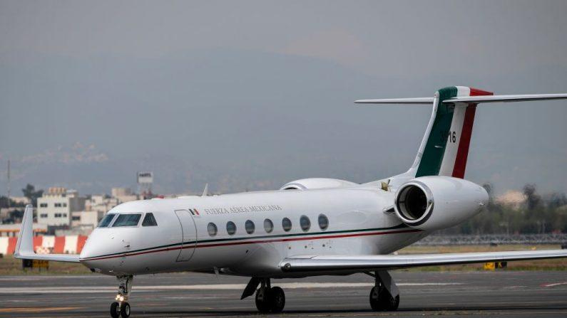El avión que transporta al expresidente boliviano Evo Morales es visto después de aterrizar en la Ciudad de México, el 12 de noviembre de 2019. (PEDRO PARDO/AFP vía Getty Images)