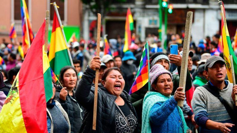 Los partidarios del expresidente Evo Morales protestan en La Paz el 12 de noviembre de 2019, luego de que se fue en el exilio a México. (Ronaldo Schemidt/AFP/Getty Images)