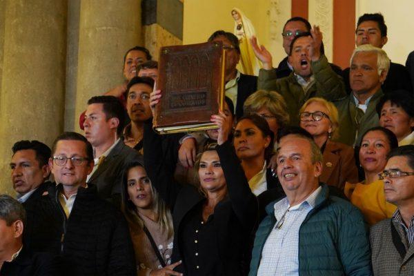 La presidente interina constitucional de Bolivia, Jeanine Añez, en la Asamblea del Congreso Pluri-Nacional el 12 de noviembre de 2019 en La Paz, Bolivia. (Javier Mamani / Getty Images)