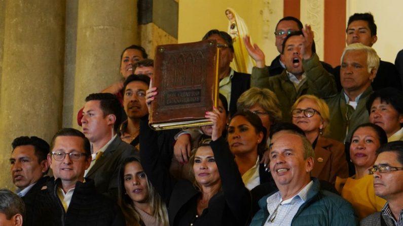 La presidenta interina constitucional de Bolivia, Jeanine Áñez, en la Asamblea del Congreso Pluri-Nacional el 12 de noviembre de 2019 en La Paz, Bolivia. Áñez, como vicepresidenta del Senado, asumió al cargo por orden de sucesión tras la renuncia del presidente de la nación Evo Morales y la renuncia de la Presidenta del Senado. (Javier Mamani / Getty Images)