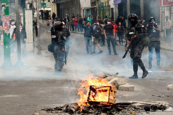Partidarios del expresidente boliviano Evo Morales el 13 de noviembre de 2019, en la Paz, Bolivia, intentando crear bloqueos en las calles. (AIZAR RALDES/AFP vía Getty Images)