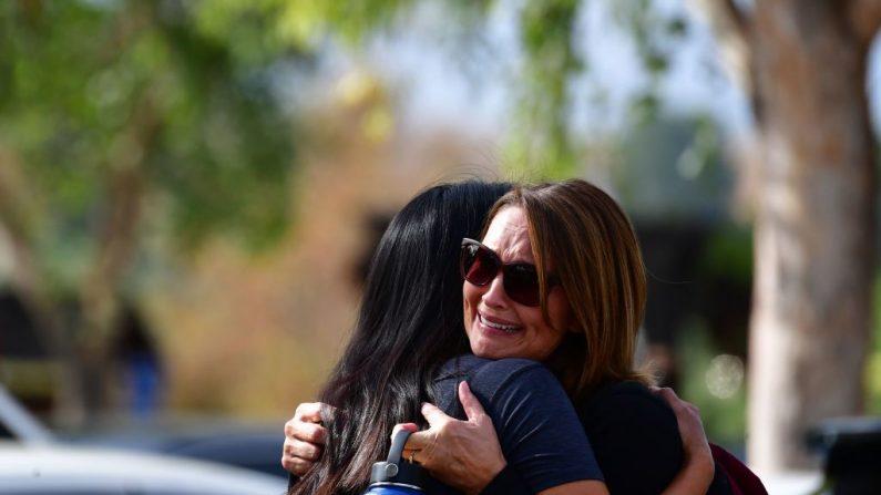 Mujeres se abrazan en Central Park después de un tiroteo en Saugus High School en Santa Clarita, California, el 14 de noviembre de 2019. (FREDERIC J. BROWN / AFP vía Getty Images)