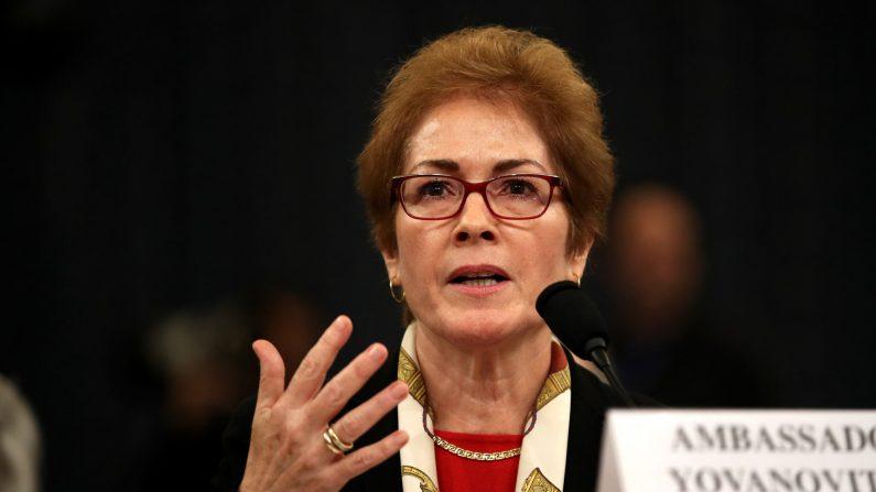 La exembajadora de EE.UU. en Ucrania, Marie Yovanovitch, testifica ante el Comité de Inteligencia de la Cámara de Representantes en el edificio de oficinas de Longworth House en Capitol Hill el 15 de noviembre de 2019 en Washington, DC. (Drew Angerer/Getty Images)