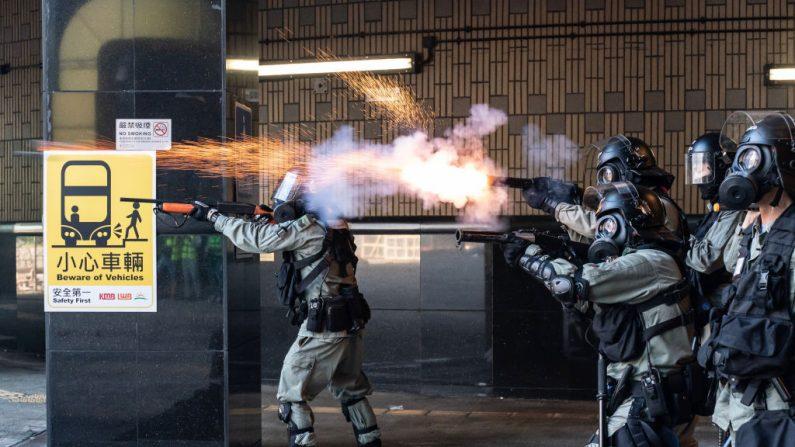 La policía antidisturbios disparó gases lacrimógenos y balas de goma mientras los manifestantes intentaban abandonar la Universidad Politécnica de Hong Kong el 18 de noviembre de 2019. (Anthony Kwan/Getty Images)
