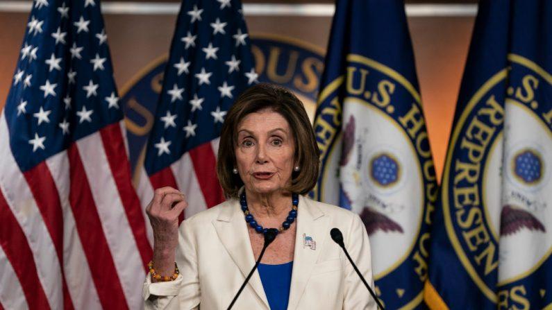 La presidenta de la Cámara de Representantes, Nancy Pelosi (D-CA), habla con los medios de comunicación durante la conferencia de prensa semanal en el Capitolio de Estados Unidos el 21 de noviembre de 2019 en Washington, DC. (Alex Edelman/Getty Images)