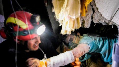 Siguen excavando en Albania tras el terremoto que suma más de 25 muertos y 600 heridos