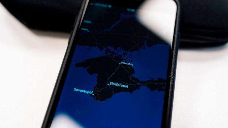 Una ilustración tomada el 28 de noviembre de 2019 en Moscú muestra un mapa de Apple con la península de Crimea en la pantalla de un smartphone. Ucrania ha atacado a Apple por mostrar la anexada península de Crimea como parte de Rusia, diciendo que al gigante tecnológico estadounidense le importaba un bledo el dolor del pueblo ucraniano. Los legisladores rusos dijeron el miércoles que Apple había cumplido con una solicitud de Moscú para que Crimea apareciera como territorio ruso en sus mapas y aplicaciones meteorológicas. (Foto de STRINGER/AFP vía Getty Images)
