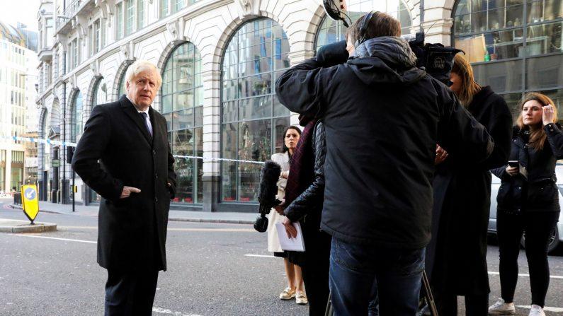 El primer ministro británico, Boris Johnson, habla a los medios en la escena de un apuñalamiento, en el London Bridge en la ciudad de Londres el 30 de noviembre de 2019. (Simon Dawson/ POOL/AFP a través de Getty Images)