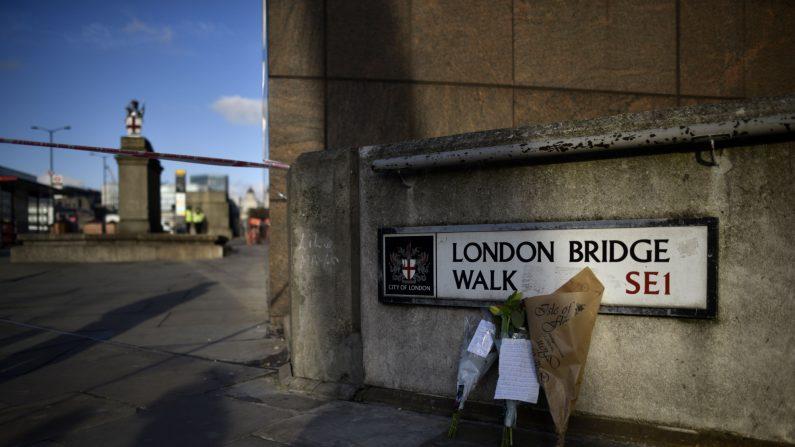 Flores contra una pared en la escena del ataque punzante del Puente de Londres el 30 de noviembre de 2019 en Londres, Inglaterra. (Peter Summers/Getty Images)