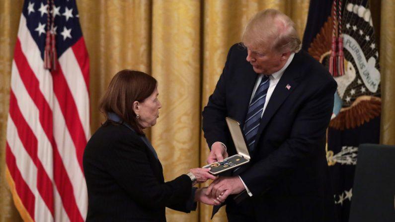El presidente de los Estados Unidos Donald Trump entrega la Medalla Presidencial a Susan Rescorla, esposa de Richard Cyril Rescorla, durante un evento en la Sala Este en la Casa Blanca el 7 de noviembre de 2019 en Washington, DC. (Alex Wong/Getty Images)