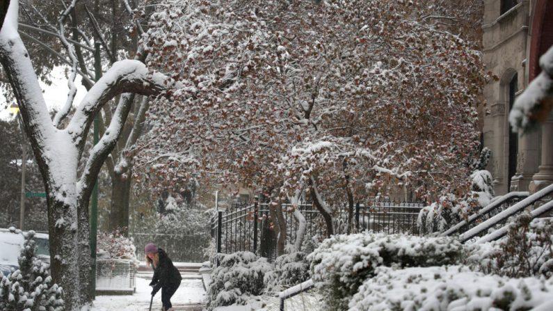 Un residente limpia la nieve de su acera en el vecindario de Wicker Park el 11 de noviembre de 2019 al comienzo de la ola de frío en Chicago, Illinois. Las temperaturas cayeron a alrededor de diez grados Fahrenheit por mañana. (Scott Olson / Getty Images)