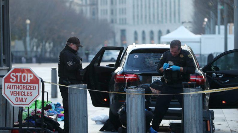 Los miembros del Servicio Secreto de los Estados Unidos examinan las pertenencias retiradas de un vehículo que intentó ingresar a un área restringida cerca de la Casa Blanca, en Washington, DC. el 21 de noviembre de 2019. (Mark Wilson/Getty Images)