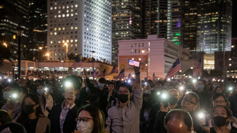 Manifestantes a favor de la democracia participan en una manifestación del Día de Acción de Gracias en el Edinburgh Place el 28 de noviembre de 2019 en Hong Kong, China. (Foto de Chris McGrath/Getty Images)