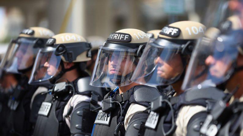 Los alguaciles del sheriff hacen guardia mientras los manifestantes pasan el primer día completo de la Convención Nacional Republicana en el Foro del Tampa Bay Times el 28 de agosto de 2012 en Tampa, Florida.