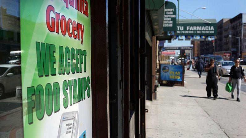 Una tienda de comestibles anuncia que aceptan cupones de alimentos en la ciudad de Nueva York el 19 de septiembre de 2013.  (Spencer Platt/Getty Images)