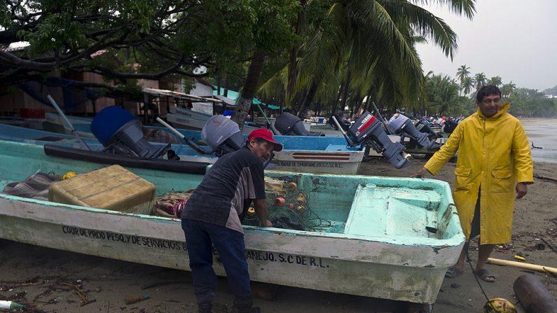 Los pescadores del puerto de Zihuatanejo sacan sus botes de la playa en preparación para la llegada del huracán Raymond. (Imagen de archivo de Omar Torres / AFP / Getty Images)