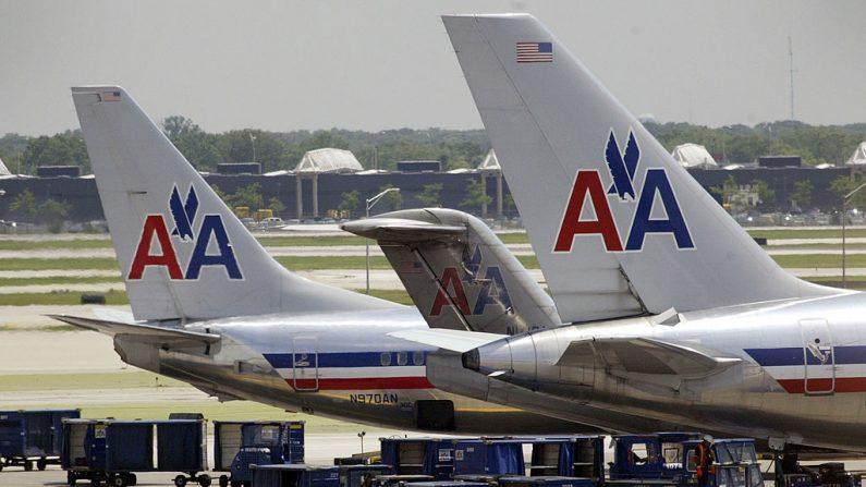 Jets de American Airlines se sientan en la pista del Aeropuerto O'Hare el 10 de junio de 2003 en Chicago, Illinois. (Scott Olson/Getty Images)
