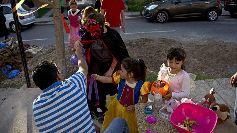 Imagen ilustrativa de niños recolectando dulces durante Halloween. (MARTIN BERNETTI/AFP vía Getty Images)