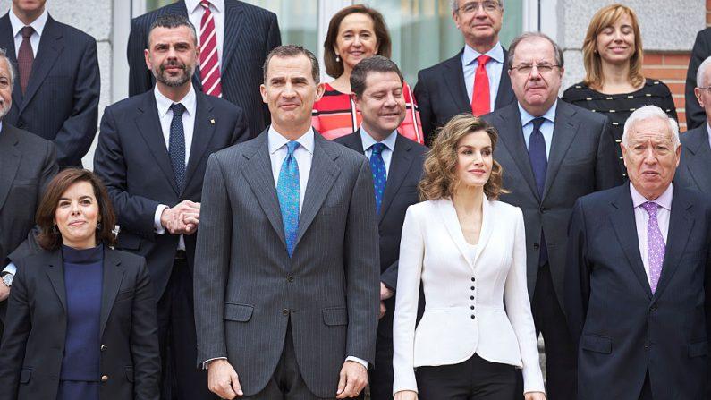 El Rey Felipe VI y la Reina Letizia de España asisten a la reunión del IV Centenario de Miguel de Cervantes en el Palacio de la Zarzuela el 14 de abril de 2016 en Madrid, España.  (Carlos Alvarez/Getty Images)